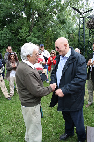 <p>Entrega de la distinción de honor a D. Carlos Romero, colegiado, por parte de D. José Mª Jiménez Angulo, Decano del COITF</p>