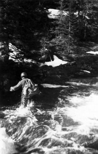 Soldat krysser ukjent elv, sannsynligvis i Saltdal