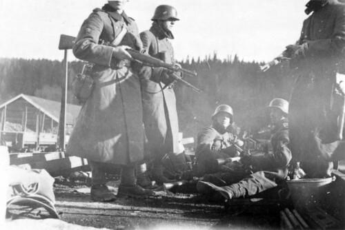 Tysk bergjegerpatrulje ved Brekkvasselv. Soldatene står på en dresin