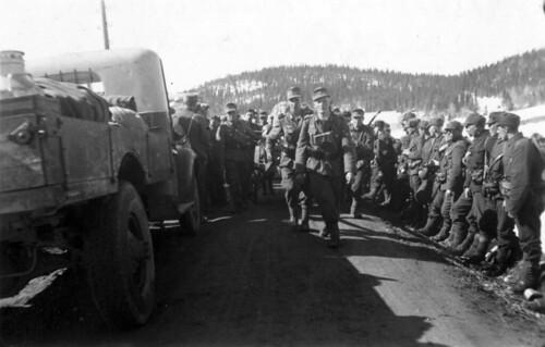 Bergjegere marsjerer forbi kapitulerte, norske soldater