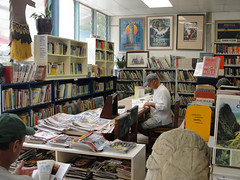 di, 14/09/2010 - 23:13 - 11_ Snuffelen in boeken van de bibliotheek van Rarotonga