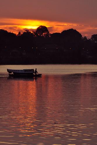 red silhouette sunrise boat sarawak malaysia kuching sungai 船 剪影 晨曦 日出 河 kuchingwaterfront sarawakriver eastmalaysia 马来西亚 砂劳越 古晋 东马