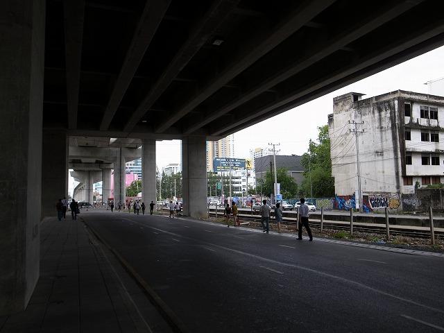 <p>マッカサン(エアポートリンク)で乗り換えて・・なのですが、一度外に出て、車道を皆さんどんどん歩いていきます!皆さんの後を付いて、やっとパチャブリ駅に着きました(MRT)</p>