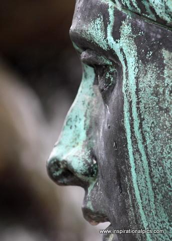 Berlin Weeping Statue - www.inspirationalpics.com