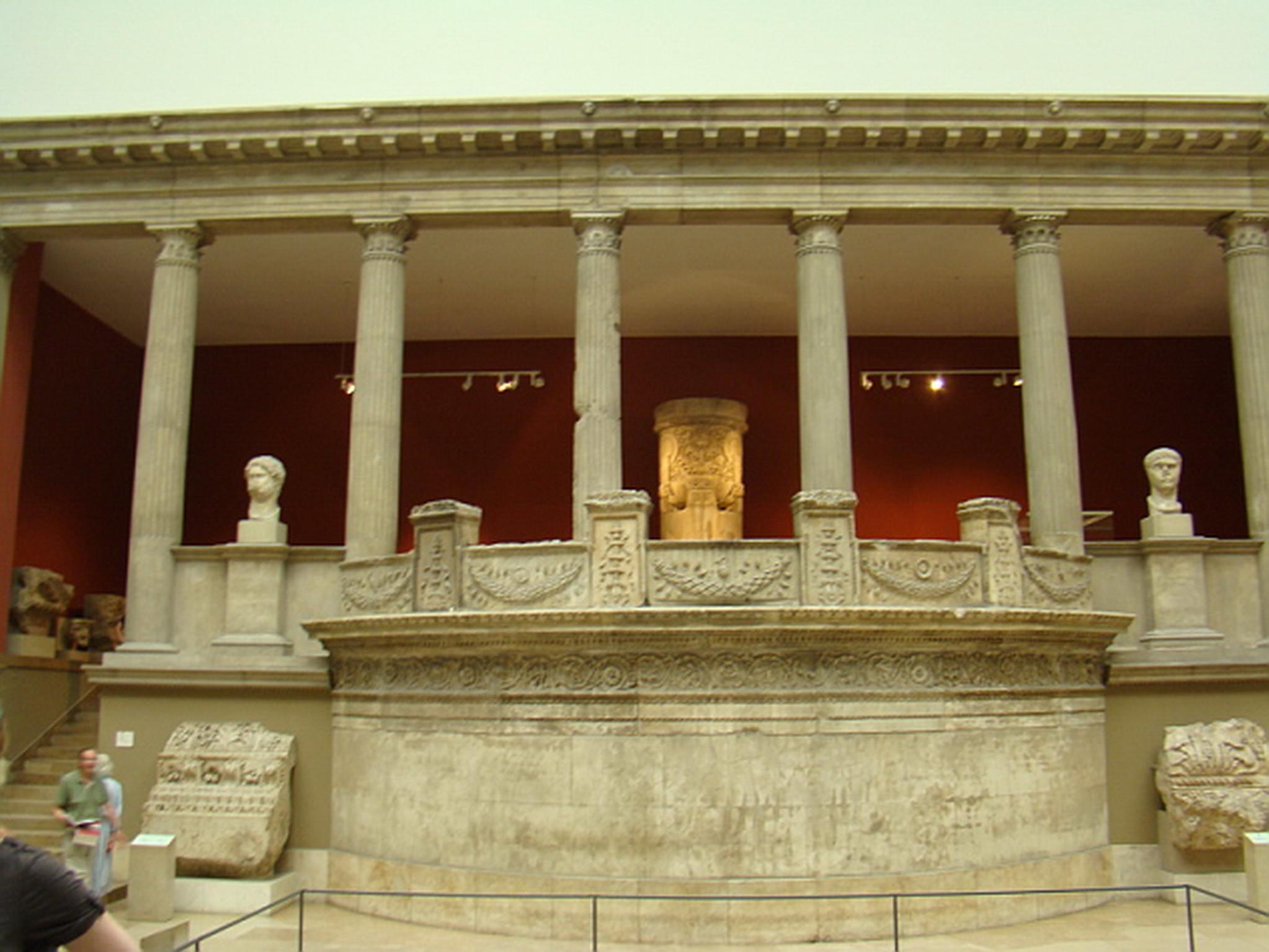 pórtico del pabellón del templo de Trajano Mileto arte romano y griego Museo Pergamo Berlin Alemania