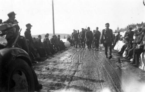 Bergjegere marsjerer forbi kapitulerte norske soldater ved Kvam