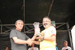En la imagen se puede ver a Antonio Cid con uno de los premios