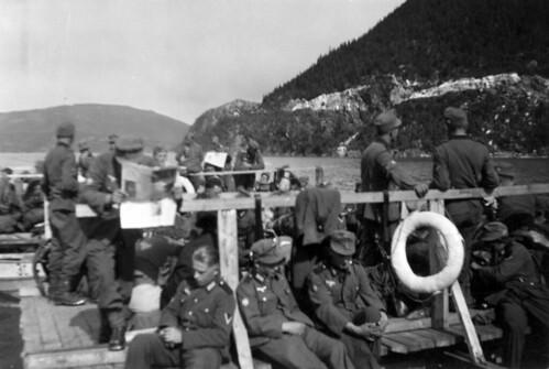 Bergjegere bygger flåter i Elsfjorden 1940
