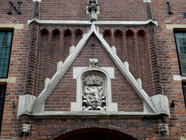 Zutphen: shield over the Burgerzaal entrance
