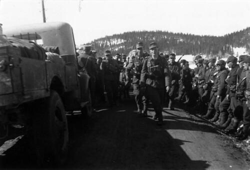 Ved Kvam, sto norske soldater som nettopp hadde kapitulert