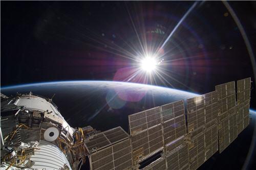 幕開け(Orbital Sunrise)
