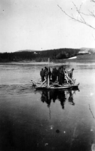 Soldater krysser Ranelva på flåte