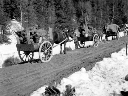 Utstyr fraktes nordover med rekvirerte hester og vogner