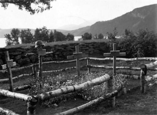 Tyske krigsgraver sommeren 1940. Hemnesberget eller Elsfjord.