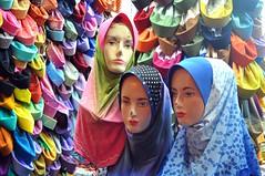 Apart de calçotets i mitjons al mercat també venen mocadors pel cap