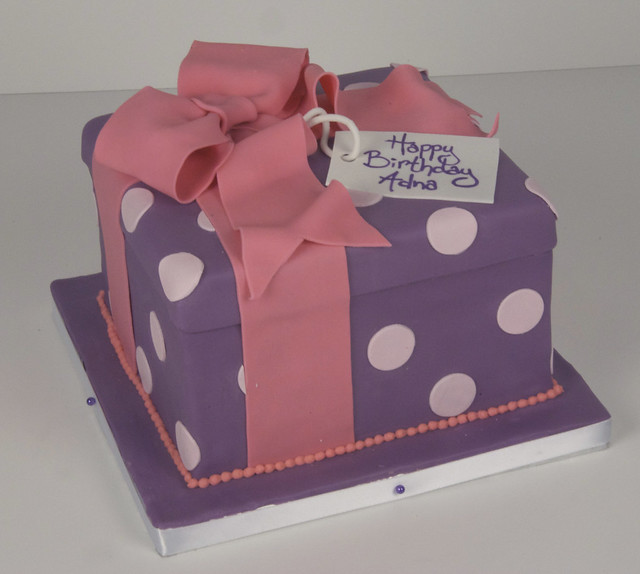D7018 - purple gift box cake