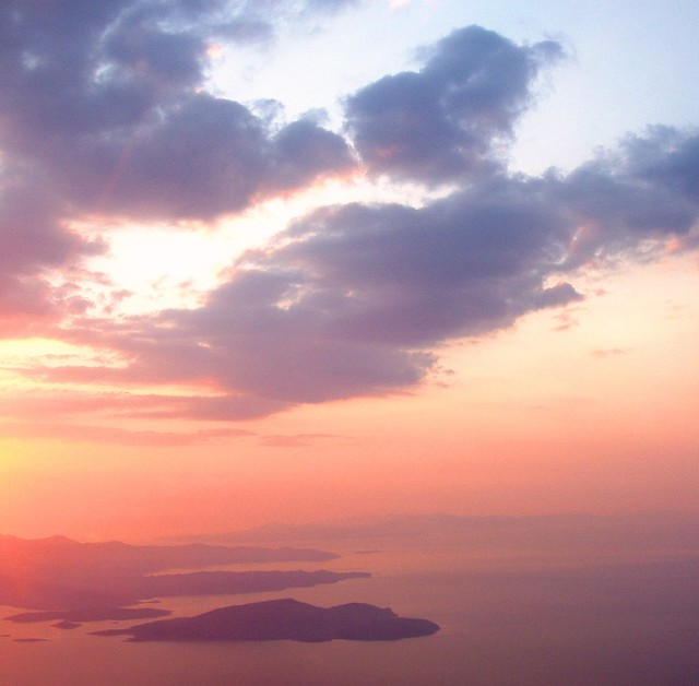 Ο ήλιος ανατέλλει πίσω από τη νότια Εύβοια / Greece: the sun is rising over the island of Euboea