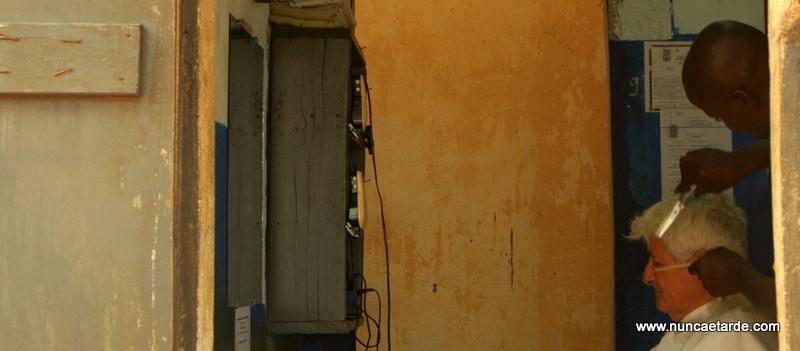 Carlos Pai corta o cabelo no Togo