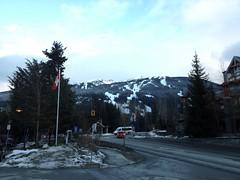 水, 2012-02-22 17:19 - 雪のないWhistler Village, 初めて青空が出た