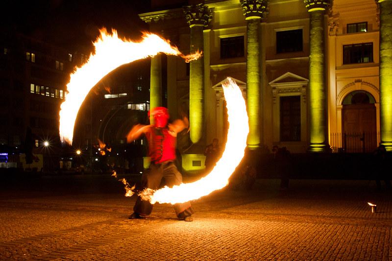 Ein Spieler lässt ein brennendes Poi im Kreis um sich schwingen