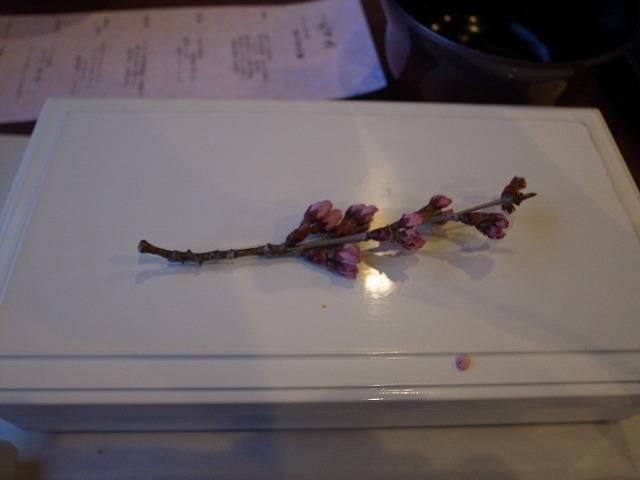<p>b)桃の花がそえてありました</p>
