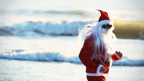 Papá noel por la playa. Imagen para no dar por hecho cosas cotidianas. En el hemisferio sur, la navidad es en verano.