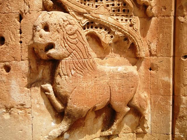 El león resguardando los pilares de la entrada principal. Ishak Pasha Palace.