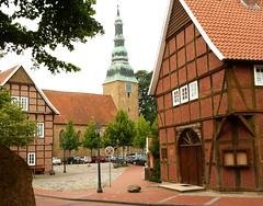 Gemeindebüro und Kirche