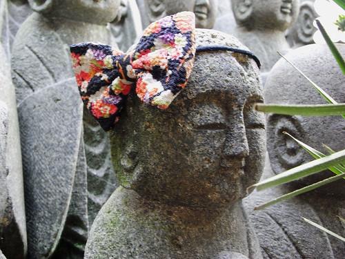 Sat, 15/10/2011 - 14:10 - 地蔵堂の裏手にお地蔵様がたくさん並んでいる。リボンをつけたお地蔵様。
