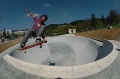 Recien finalizada la obra de la pista de skate en Ongarai, una persona practicando el deporte