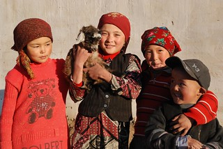 Enfants Kirghiz, Jailoo (campement d'estive) de Zarburuliuk , Alt 4 150 m Pamir, Tadjikistan © Bernard Grua