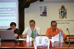 Felix Prol con Iñigo Montenegro Urrutia y Milagros López, representantes de la Asociación de autoescuelas de Bizkaia.