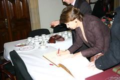 La Ministra de Fomento Magdalena Alvárez firmando el libro de autoridades del edificio Lobiano