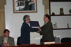 El alcalde Carlos Totorika junto con el alcalde Alfredo Laudino García y el representante de la bodega cooperativa Jesús Nazareno.