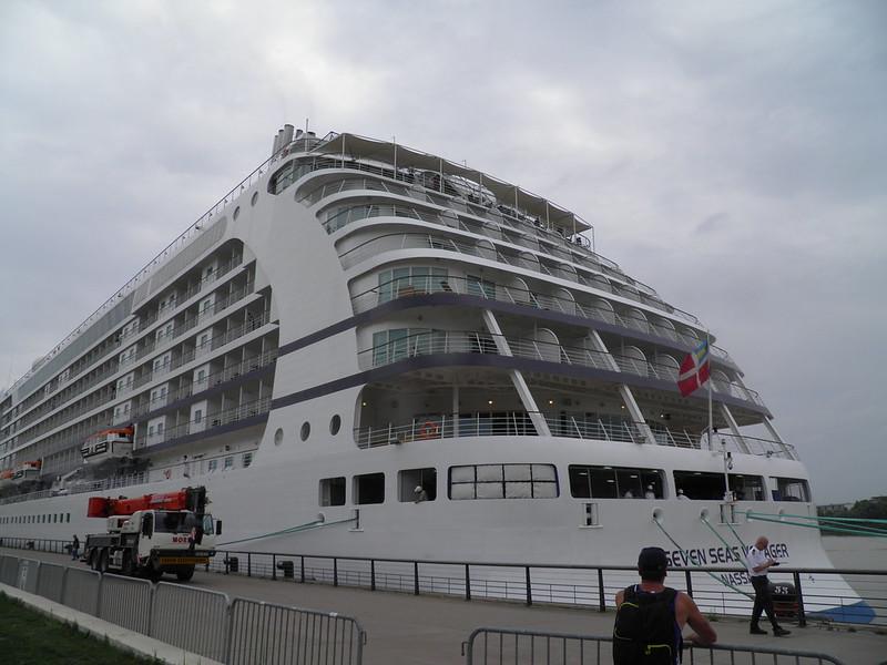 Arrival of the Seven Seas Voyager - Bordeaux - P8220106