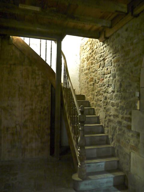 Orègue / Oragarre, Pyrénées Atlantiques: escalier sous le premier porche de l'église Saint Jean Baptiste