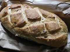 水, 2011-08-03 18:34 - Upper Villageで毎週水曜日にあるファーマーズマーケットで買ったオリーブとローズマリーのパン
