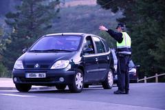 Un agente informa de las alternativas y de los aparcamientos disuasorios
