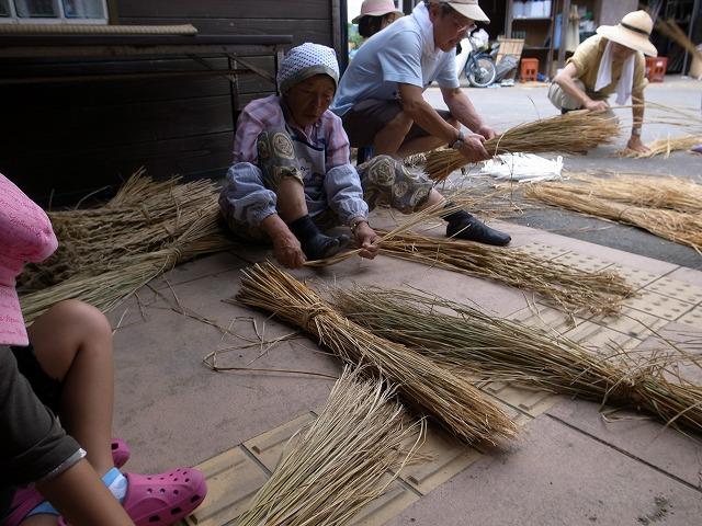 <p>c)刈り取った稲を結ぶために一番初めにすることは・・・コレ!!</p>