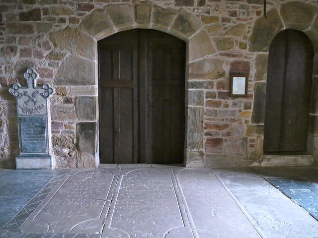 Orègue / Oragarre, Pyrénées Atlantiques: portes et tombes sous le porche de l'église Saint Jean Baptiste