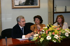 En el salón de Plenos de la casa Consistorial el alcalde Cralos Totorika y la Directora Gerneral de Políticas de Igualdad Soledad Murillo de la Vega.