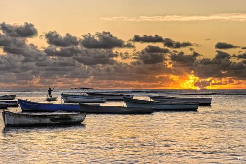 light sunset sea mer macro beach clouds boats island soleil nikon fishermen lumière maurice coucher bateaux micro heat nikkor mauritius nuages plage hdr tamarin île pêcheurs chaleur 105mm 9xp d700 9raw