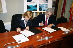 Lopez de Gereñu y el alcalde Carlos Totorika firman el convenio en la Casa Consistorial de Ermua