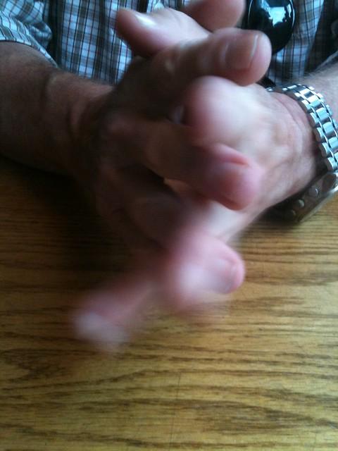 gros plan sur les doigts croisés de deux mains