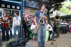 Desfile de musicos en la calle Zubiaurre de ermua
