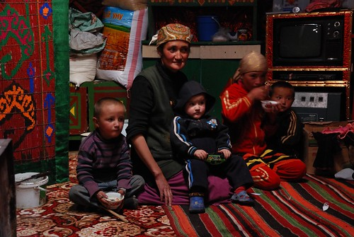 Baktugul with her children: Alibek, Hassan, Katisha & Kerim in the yurt © Bernard Grua