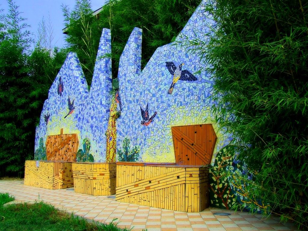 Panchine Con Mosaico Una Classica Panchina Per Giganti Im Flickr