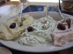 水, 2011-08-31 12:10 - 前菜三種森(ディルとキュウリ入りヨーグルト、タラモ、ニンニクポテトペースト)