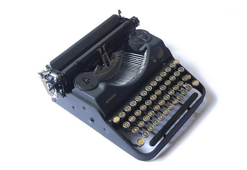 Montana portable typewriter | by shordzi