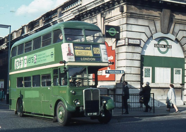 London Country Bus Services Ltd . RT3232 KYY961 . Buckingham Palace Road , Victoria , London . May-1970 .